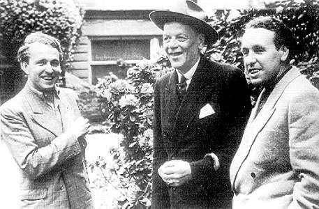 Der Treueste der Treuen am Grünen Hügel: der Dirigent Hans Knappertsbusch, der 1953 zum Bayreuther Ehrenbürger ernannt wurde. Unser Bild zeigt ihn mit den beiden Wagnerenkeln Wolfgang (links) und Wieland im Jahr 1949.